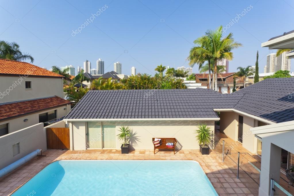 Balkon uitzicht kijken naar zwembad en skyline stockfoto for Zwembad thuis prijzen