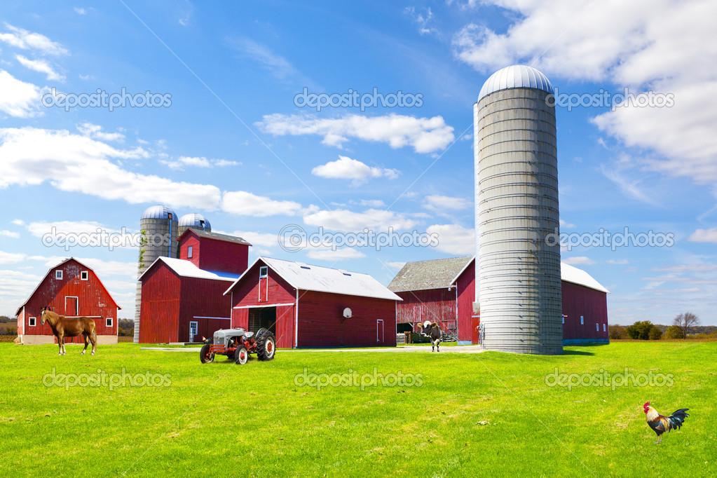 Fattoria di campagna americana rossa con cielo blu foto for Piani di fattoria con foto