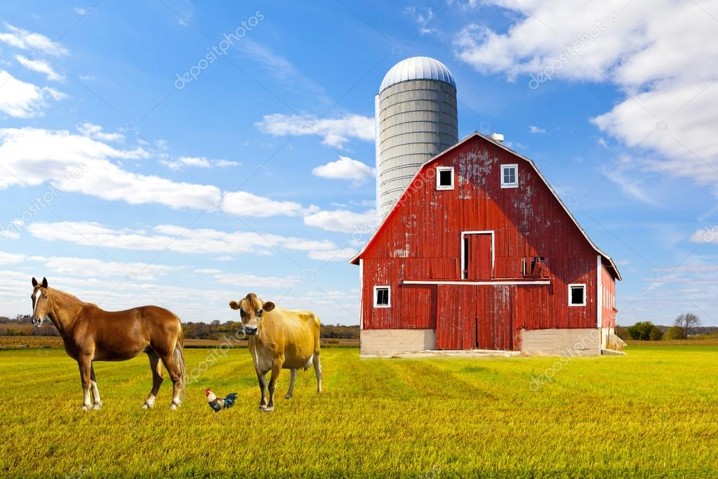 Fattoria di campagna americana rossa con cielo blu foto for Piani di fattoria di 2000 piedi quadrati