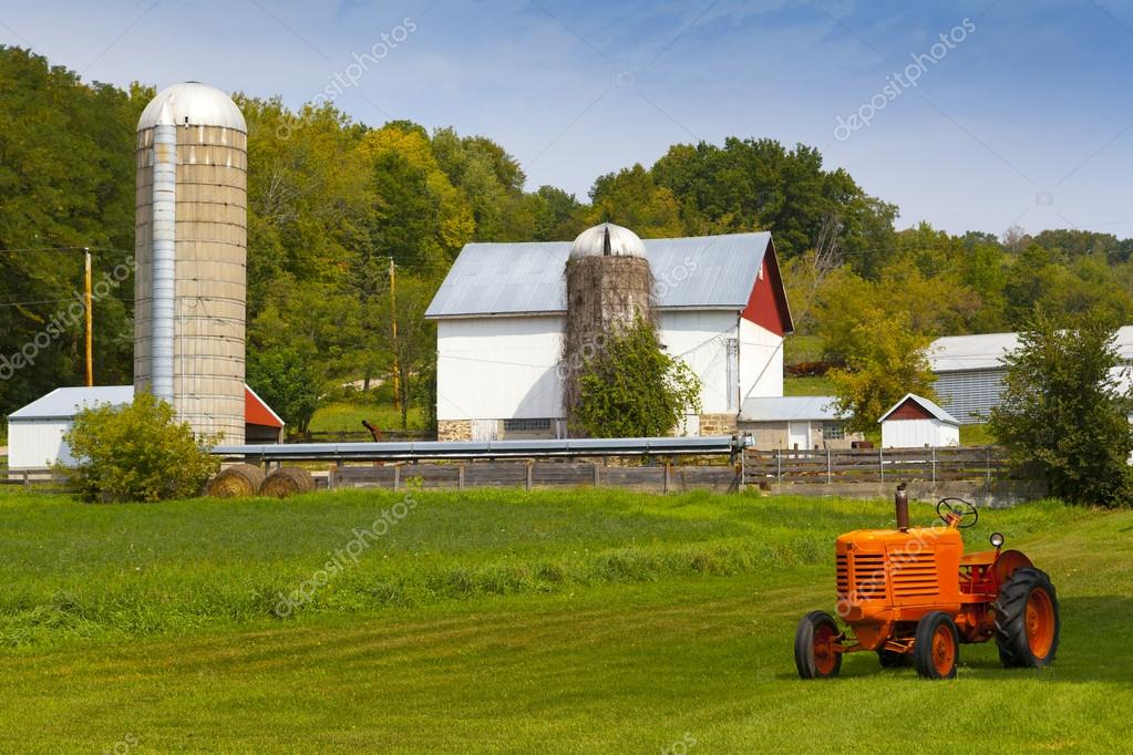 Fattoria di campagna americana con trattore foto stock for Piani di fattoria con foto