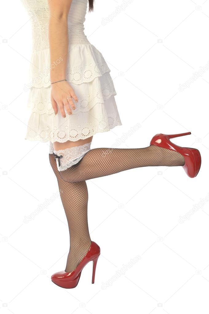 В белом платье и чулках