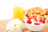 snídaně s plody, pomerančový džus a rohlík