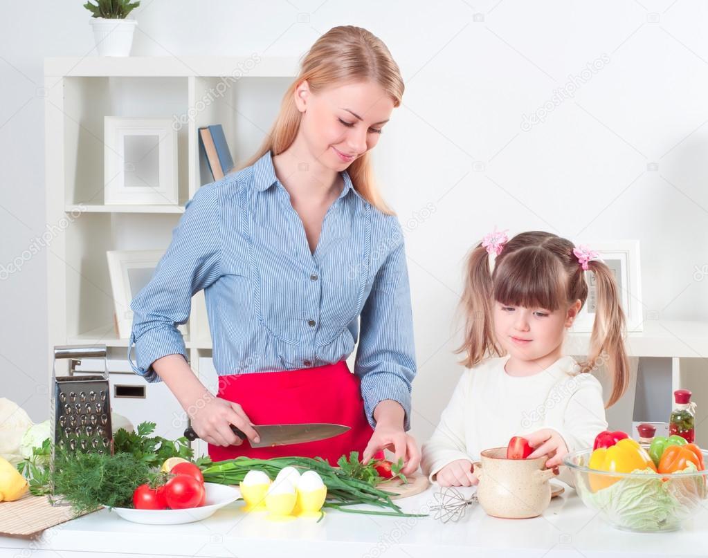 Familia hacer comida foto de stock khakimullin 18586697 for Preparar comida
