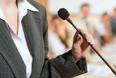 A mikrofon üzleti nő portréja