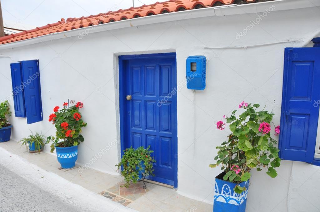 Casa t pica griega fachada blanca y azules ventanas y for Fachadas de casas con ventanas blancas