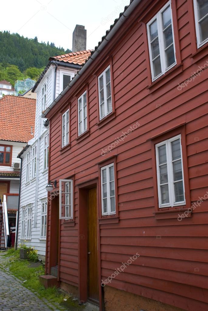 tipico bianco e rosso scandinavo case in legno, bergen - Norvegia ...