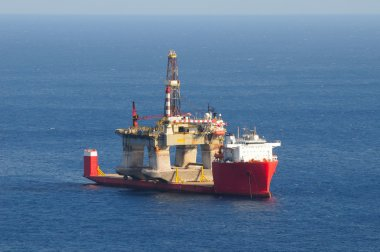 Transport of an oil rig on a semi-submerged boat