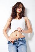 Módní fotografie mladé Smyslná žena v džínách