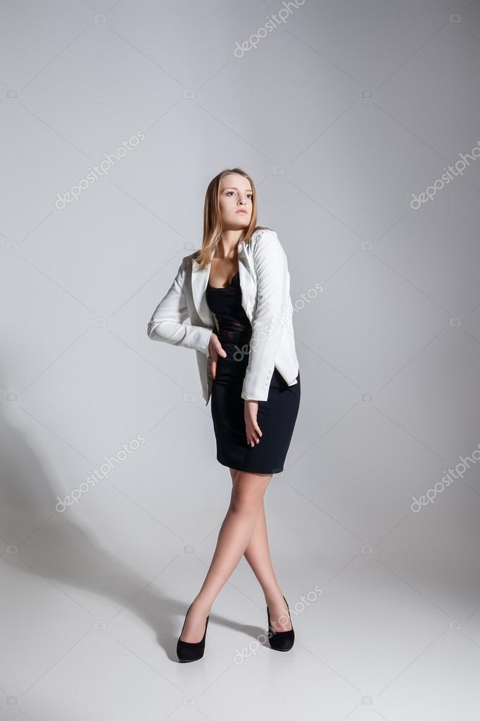 Vestido negro con chaqueta blanca