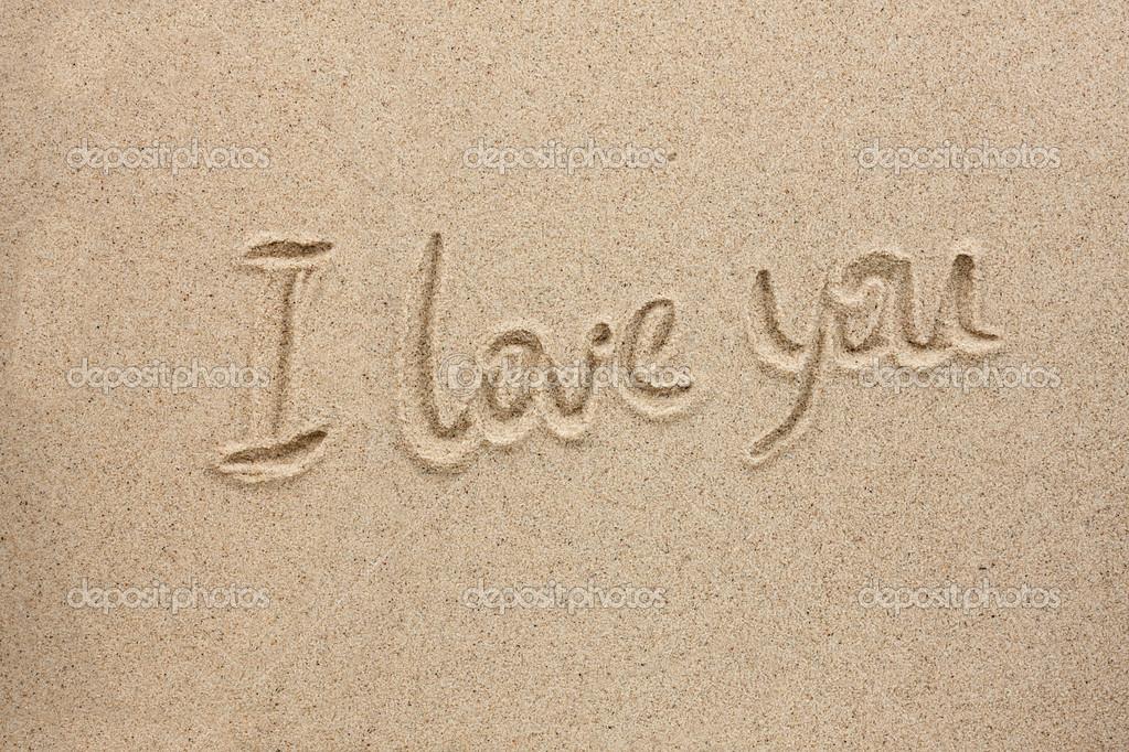 Te Amo Escrito En Pluma En La Arena Imagen De Archivo: La Palabra Te Amo Escrito En La Arena