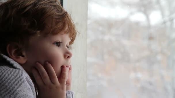 chlapec a sníh