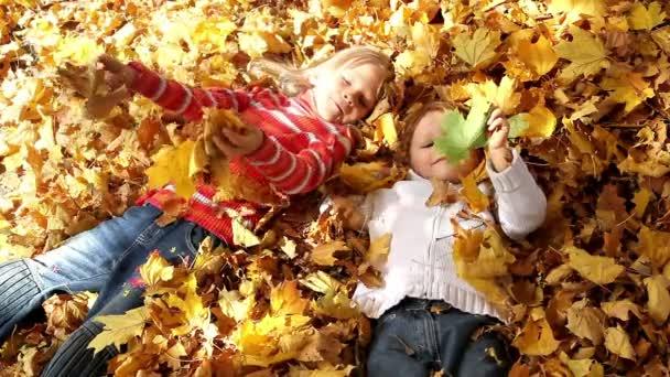Kinder in den gelben Blättern