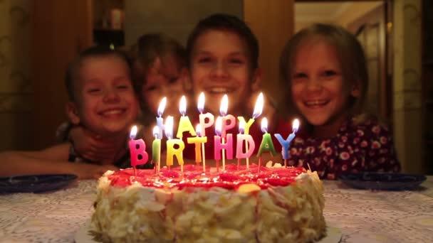 születésnapi torta és a gyermekek