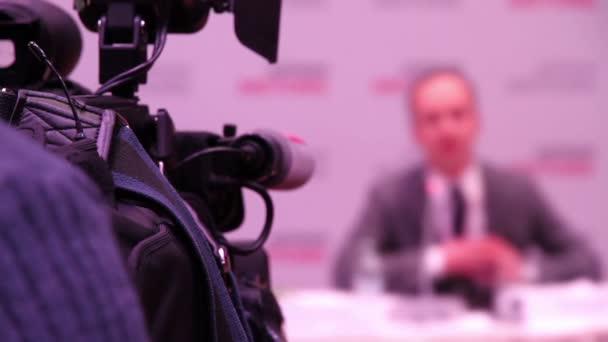 Fotografie TV-Kamera, die ein Mensch im Mittelpunkt