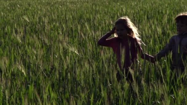 dívka a chlapec běží přes pole