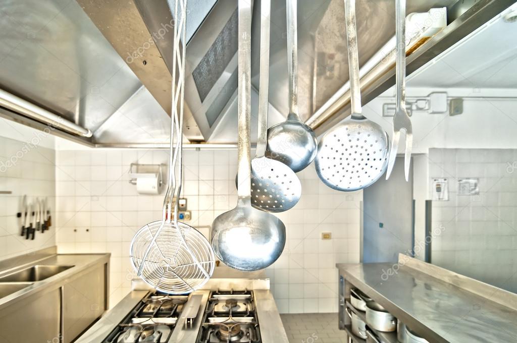 Utensili da cucinare in una cucina professionale u foto stock