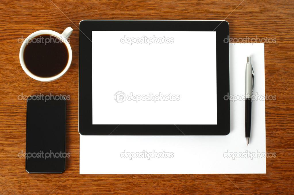 Tablet pc, telefone inteligente, papel, caneta e café