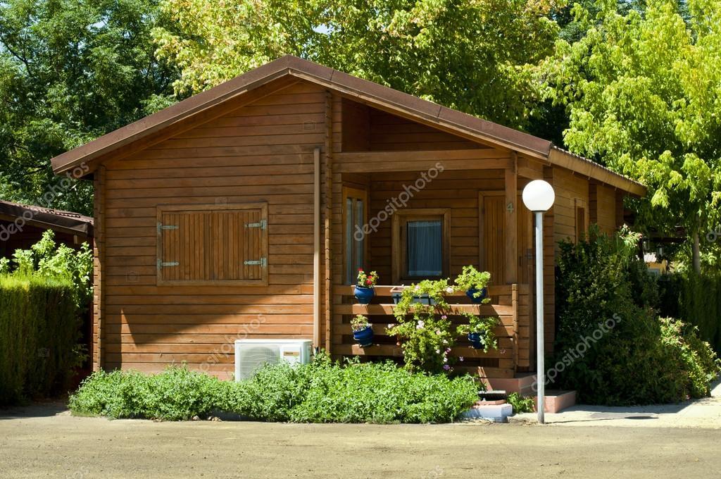 Bungalow de madera foto editorial de stock - Fotos de bungalows de madera ...