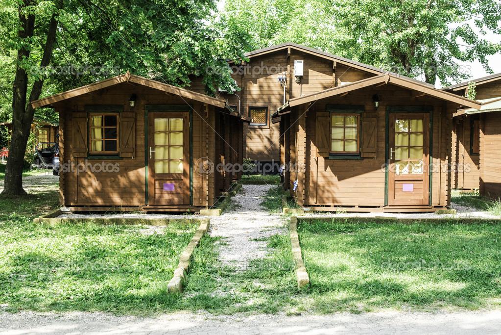 Bungalows de madeira no parque de campismo camping - Fotos de bungalows de madera ...