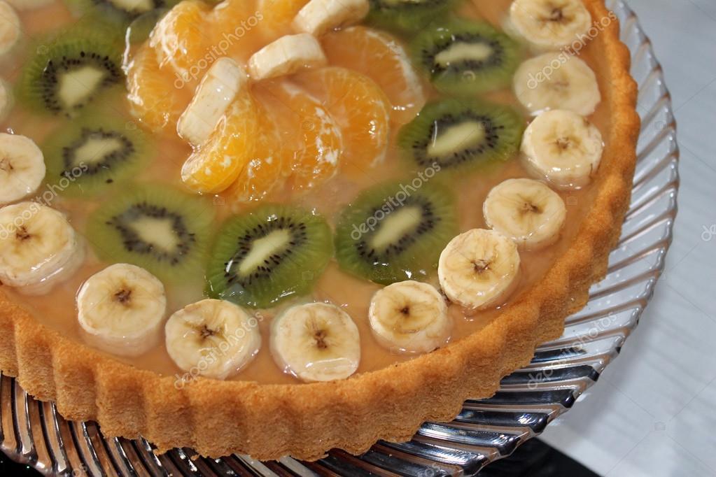 Kuchen Mit Obst Kiwi Banane Mandarine Stockfoto C Myschka79