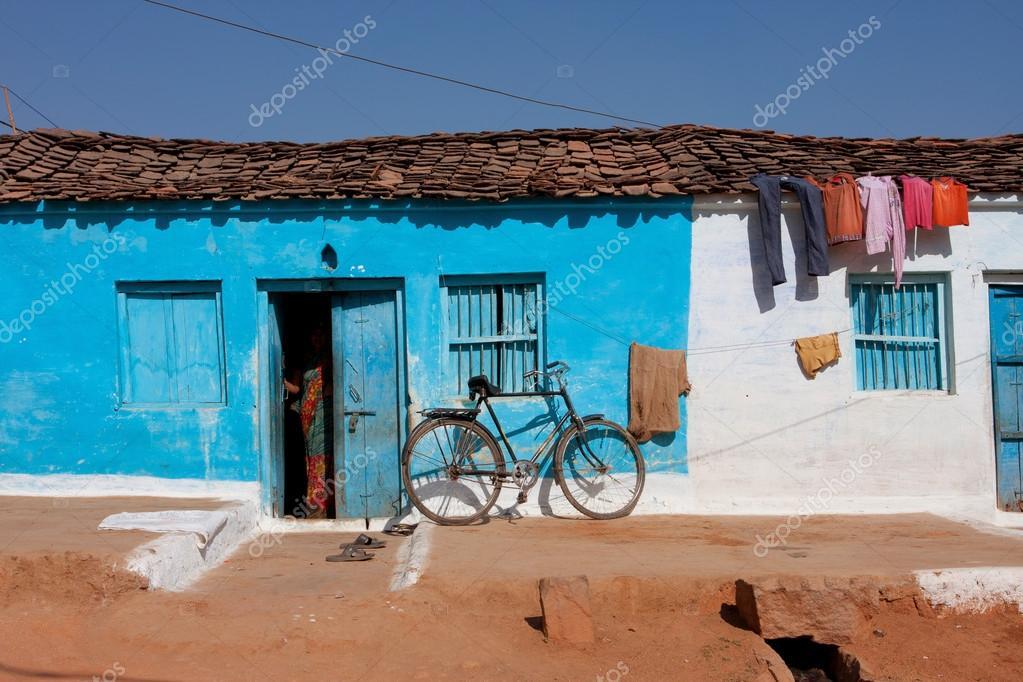 casa tradizionale indiana di colore blu con una bicicletta