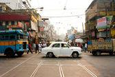 starožitný bílý velvyslanec auto na rušné ulici
