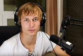 A rádióban a mikrofon előtt dolgozó férfi dj portréja