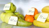 Nyitott hűtőszekrény teljes gyümölcs megjelölt kalóriát