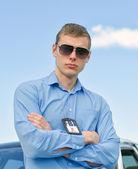 mladý pohledný muž fbi agent poblíž auto