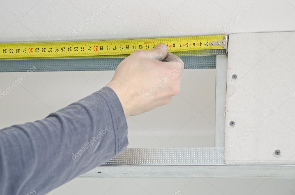 hombre manos medición marco de yeso pladur — Foto de stock ...