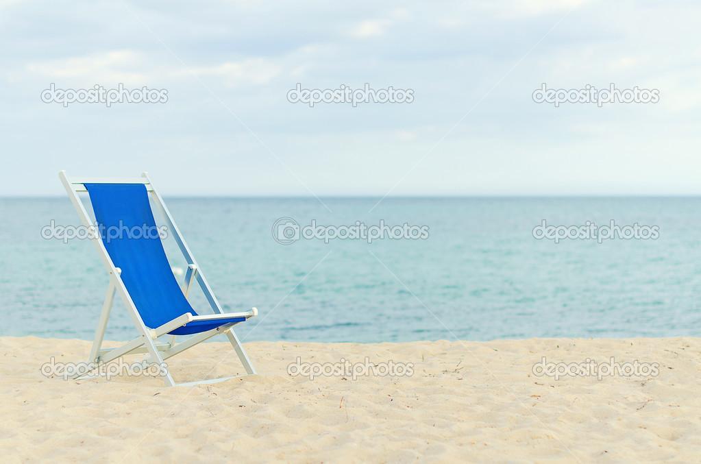sola Tumbona de metal-enmarcadas en la playa. espacio para texto ...