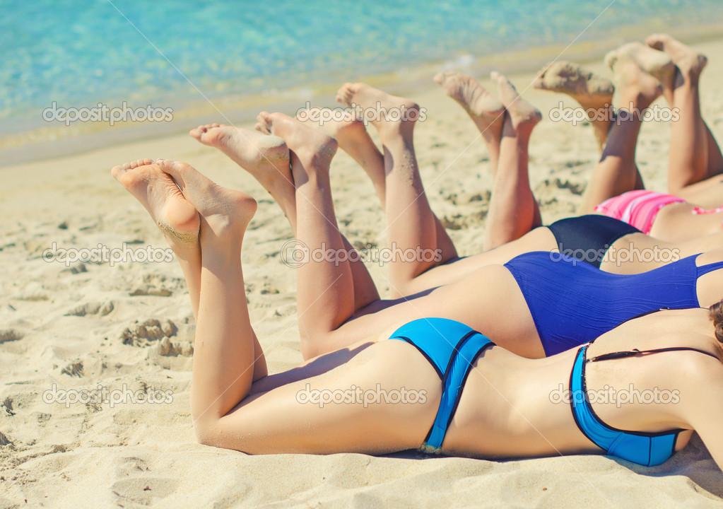 девчонки загорают на пляже