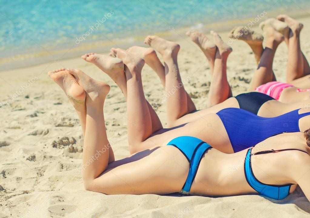девушки загарают на пляже