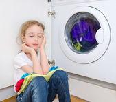 Fotografia bambina a fare il bucato. concetto di lavoro domestico