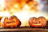 Fotografia zucche di hallowen spaventoso su legno