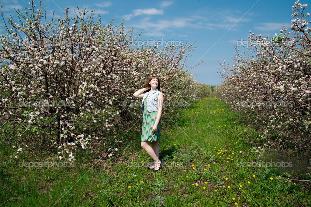 Giovane Bella Ragazza In Giardini Fioriti Di Primavera U2014 Foto Di Starast
