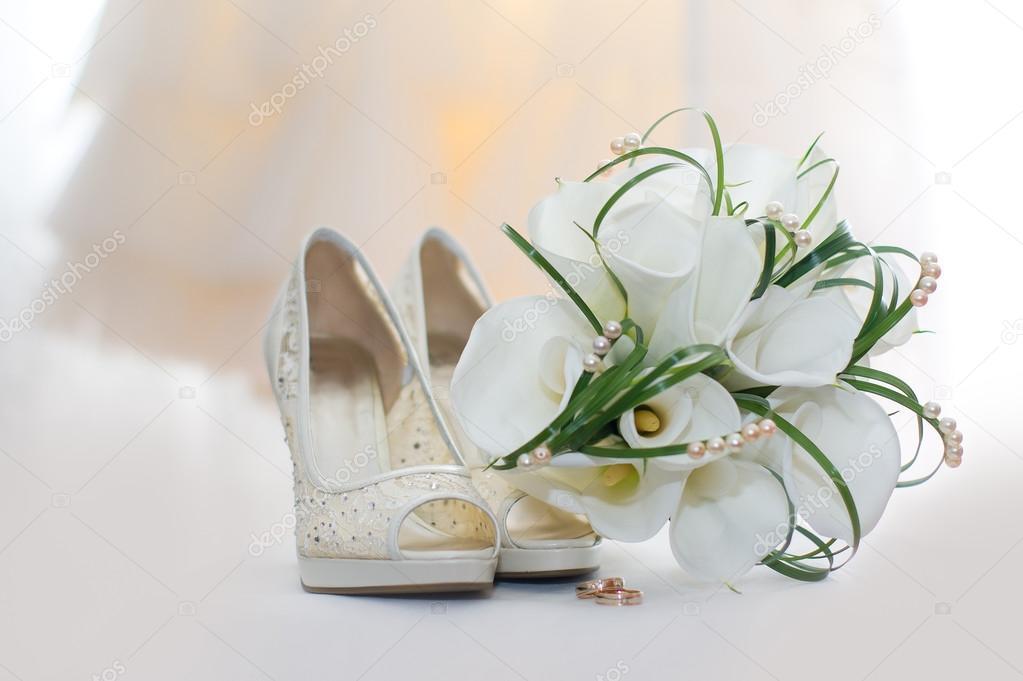 Brautstrauss Calla Lilien Und Braut Schuhe Stockfoto C Starast