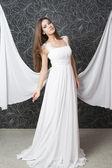 gyönyörű indiai asszony fehér menyasszonyi ruha