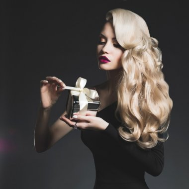 "Картина, постер, плакат, фотообои ""роскошная блондинка с подарком "", артикул 37346269"