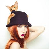 Fotografie schöne Dame mit Abessinier Katze