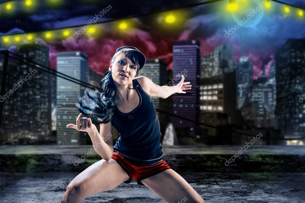 Giovane donna in abito sportivo ballo in stile zumba o reggaeton o hiphop —  Foto di ... ea51af80fbcd