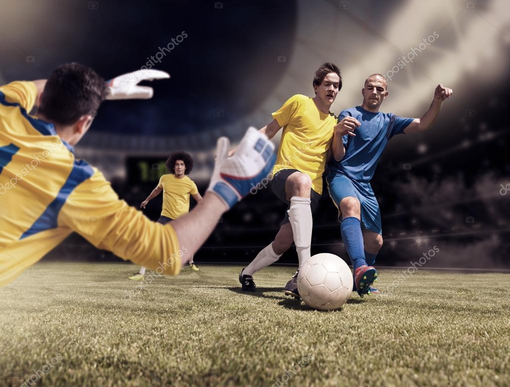 Чоловічий футбол або футбол гравець на полі — Фото від val th. Знайти схожі  зображення 89e68adcadacd