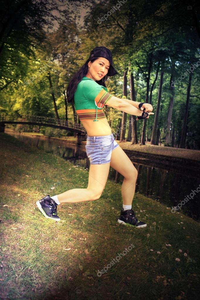 Giovane donna in abito sportivo ballo in stile reggaeton o hiphop nel parco.  foto con effetti di filtro e texture — Foto di ... 46acd4985974