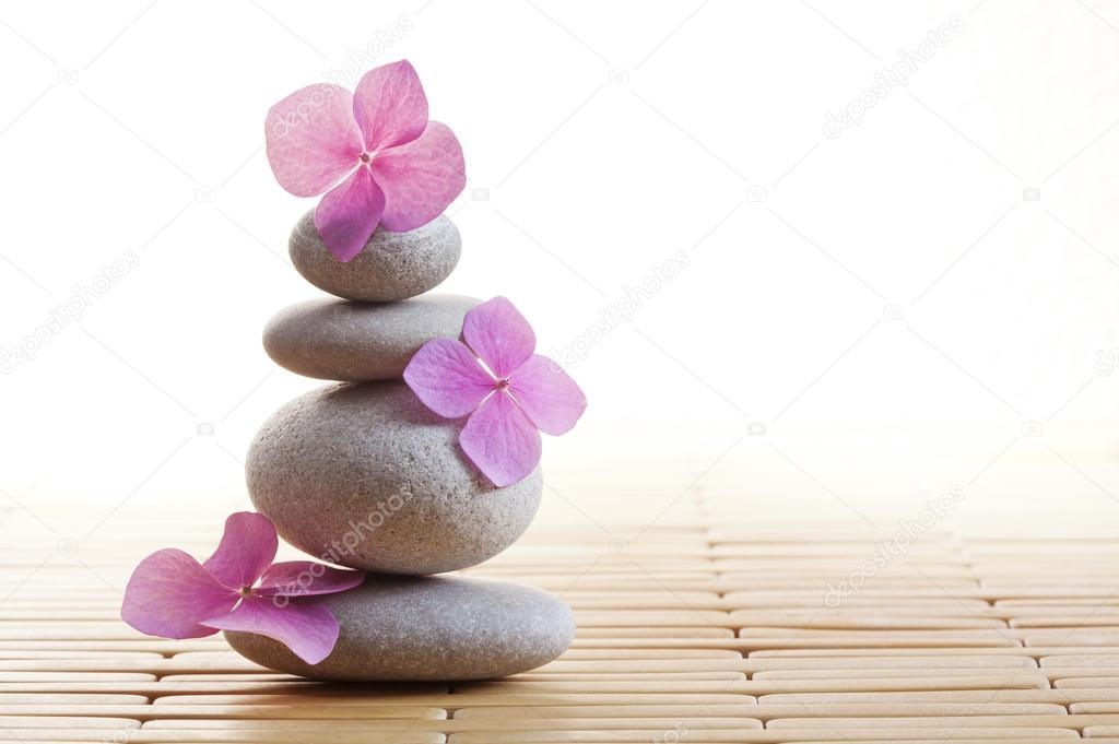 flores y piedras zen foto de stock - Piedras Zen