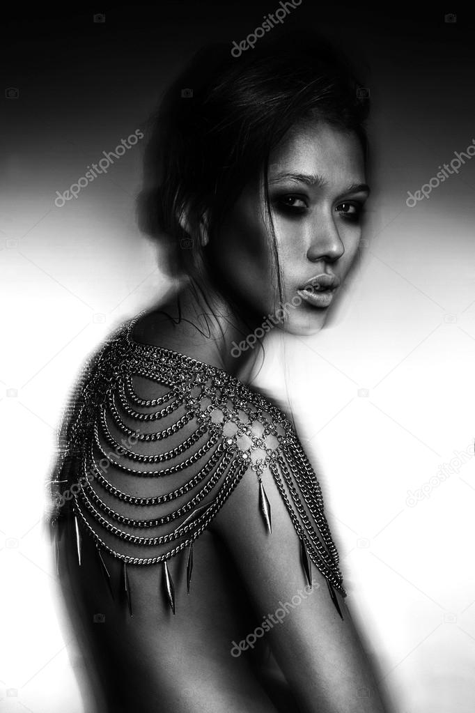 Mode Portrait schöne Brünette nackte junge Frau trägt