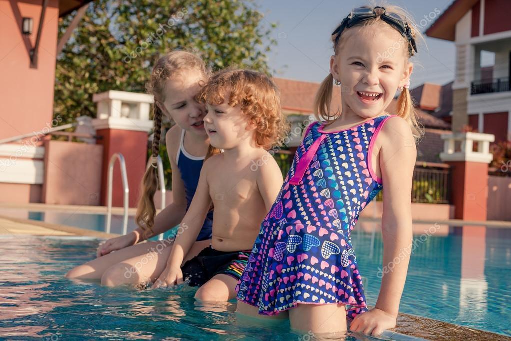 Twee kleine meisjes en kleine jongen spelen in het zwembad stockfoto altanaka 40440883 - Kleine teen indelingen meisje ...