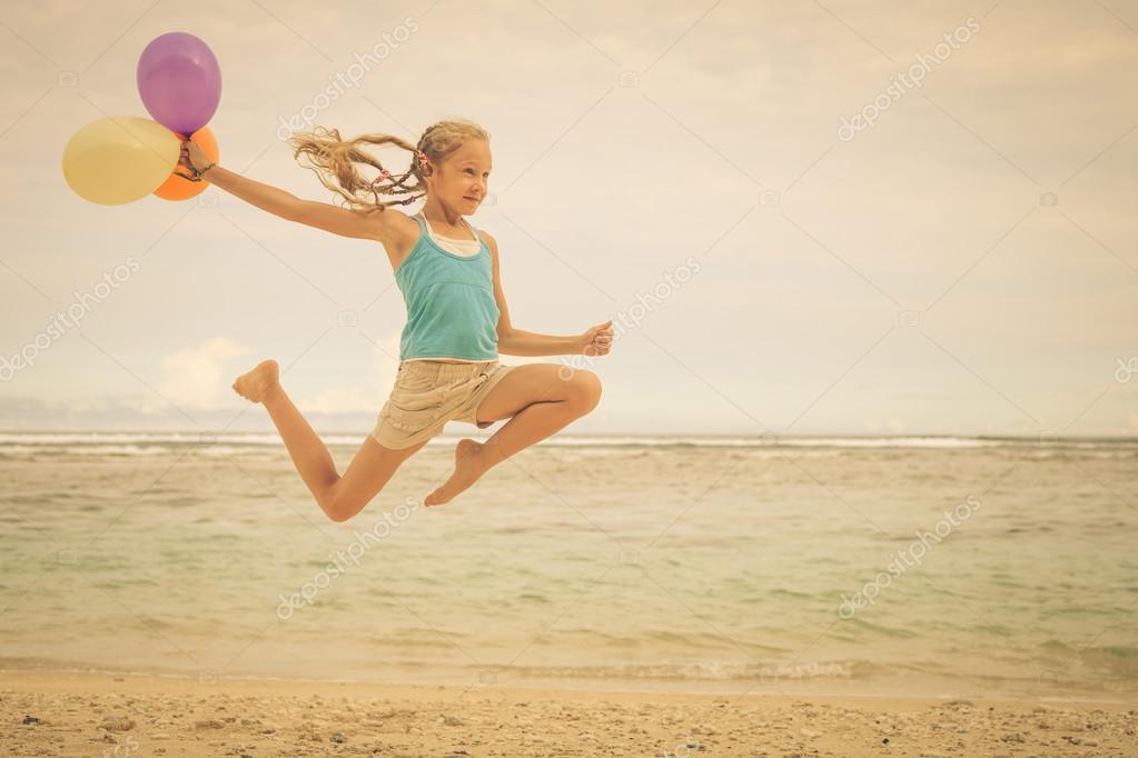 На шаре прыгает девушка