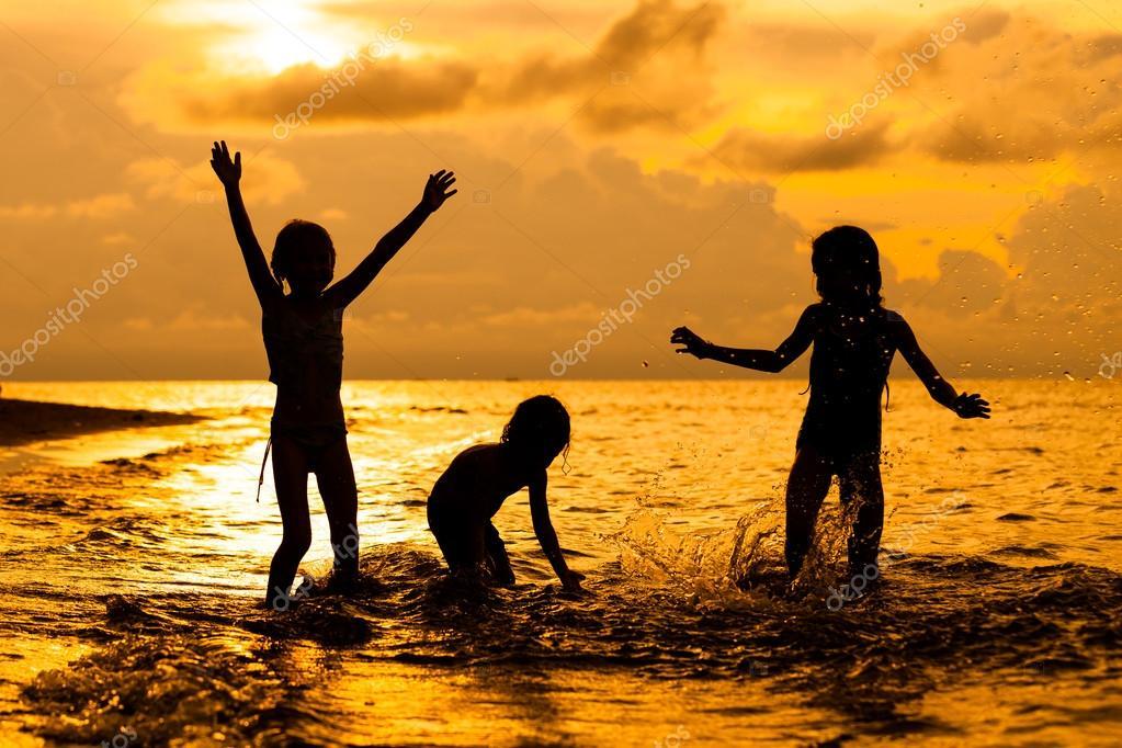 Niños Felices Jugando En La Playa En El Tiempo Del