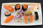 Japonské jídlo na bílé nádobí