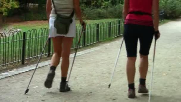 Nordic walking - aktivní ženy vykonávající venkovní